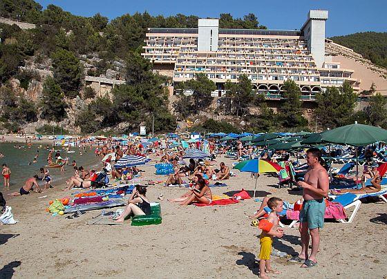 Nicht jeder mag die in den Sommermonaten überfüllten Strände vor den Bettenburgen. Hier im Bild der Strand von Puerto San Miguel. Da hilft jetzt die Ibiza-Strand-App. (Foto: Markus Burgdorf)