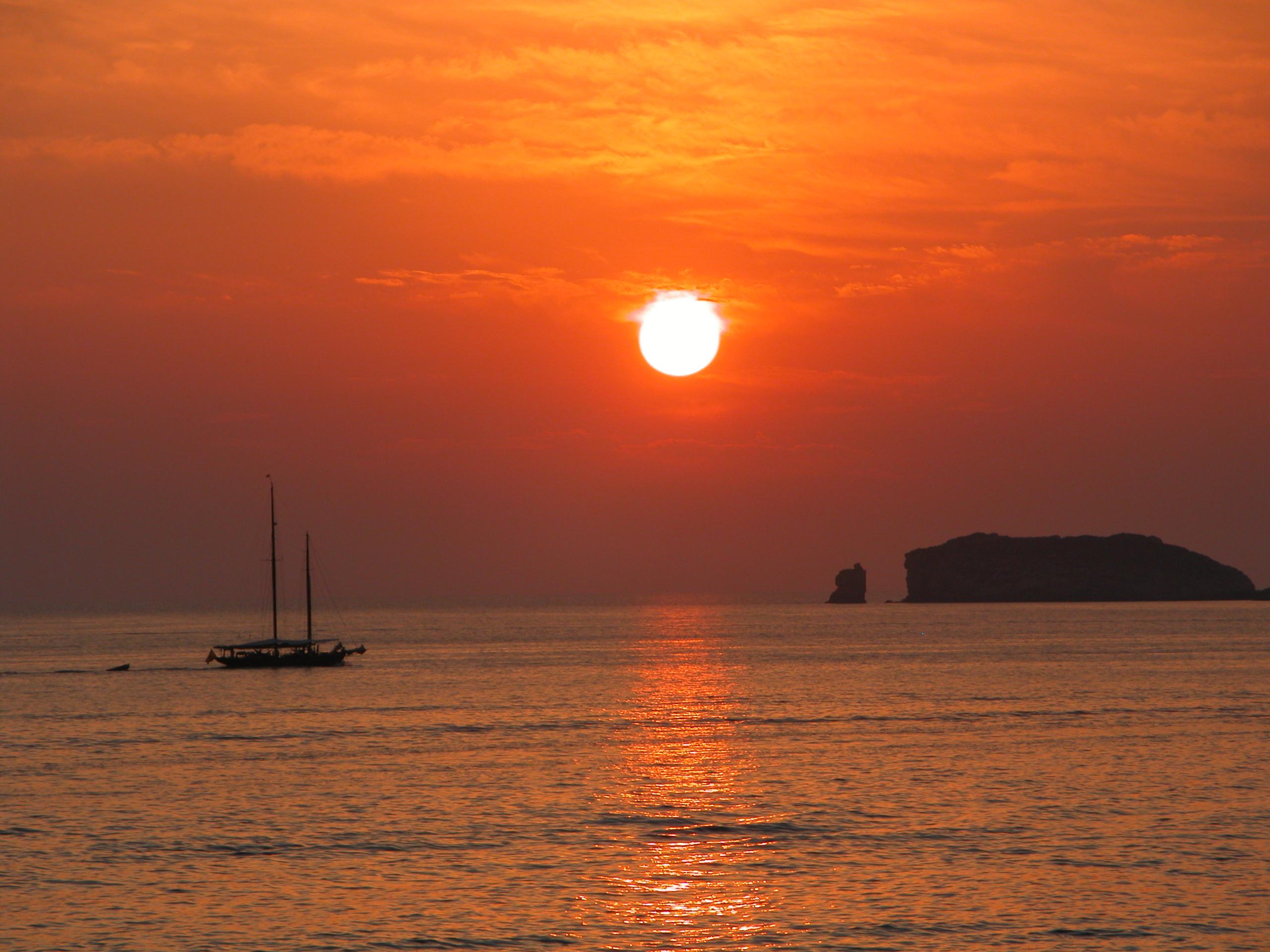 Von den Felsvorsprüngen rechts der Cala Tarida kann man Sonnenuntergänge besonders gut beobachten. (Foto: Markus Burgdorf)