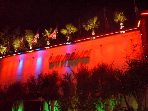 Amnesia Außenansicht. Der Club befindet sich direkt an der Straße von Eivissa nach Sant Antoni in Höhe von Sant Rafael. (Foto: Jayfrog)