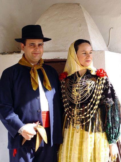 Eine traditionelle ibizenkische Tracht. Besonders auffällig: der reiche Goldschmuck der Frau, der den Wohlstand der Familie beweist und von Generation zu Generation vererbt wird. (Foto: Xescu Prats/Consell Insular d'Eivissa)
