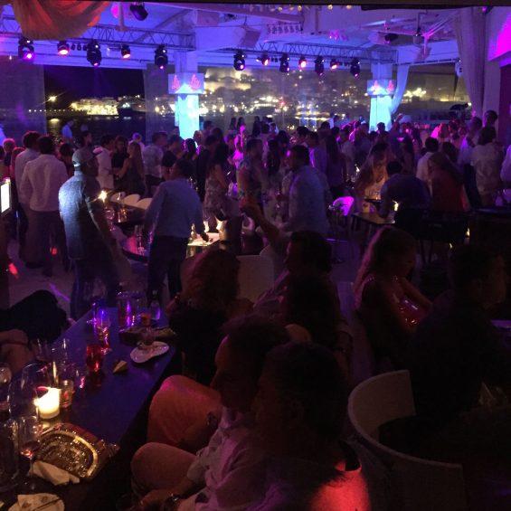 Besuch im Lio, dem von der Pacha-Gruppe betriebenen Club Restaurant Cabaret mit dem genialen Blick auf Ibiza-Stadt. (Foto: Daimler)