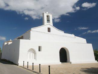 Rund um die Kirche von Sant Llorenç de Balàfia findet am 10. August die Fiesta zur Erinnerung an die Rückeroberung Ibizas durch die Christen statt. (Foto: Ibiza.travel)