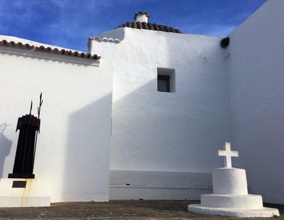 Vom Innenraum der Kirche sind besonders das Tonnengewölbe über ihrem Schiff sowie die Wandmalereien zu erwähnen, die die Figuren Christus darstellen. (Foto Ibiza.travel)