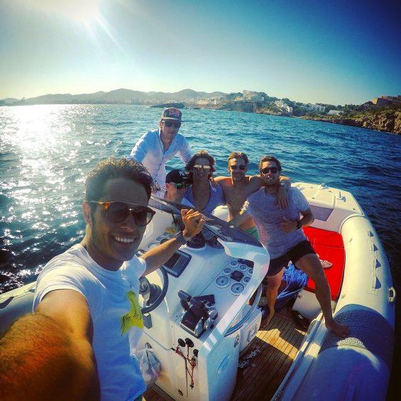 Daniel Juncadella, Maximilian Götz und Christian Vietoris vom Mercedes-AMG DTM Team hatten auch auf dem Wasser sichtlich Spaß... (Foto: Daimler)